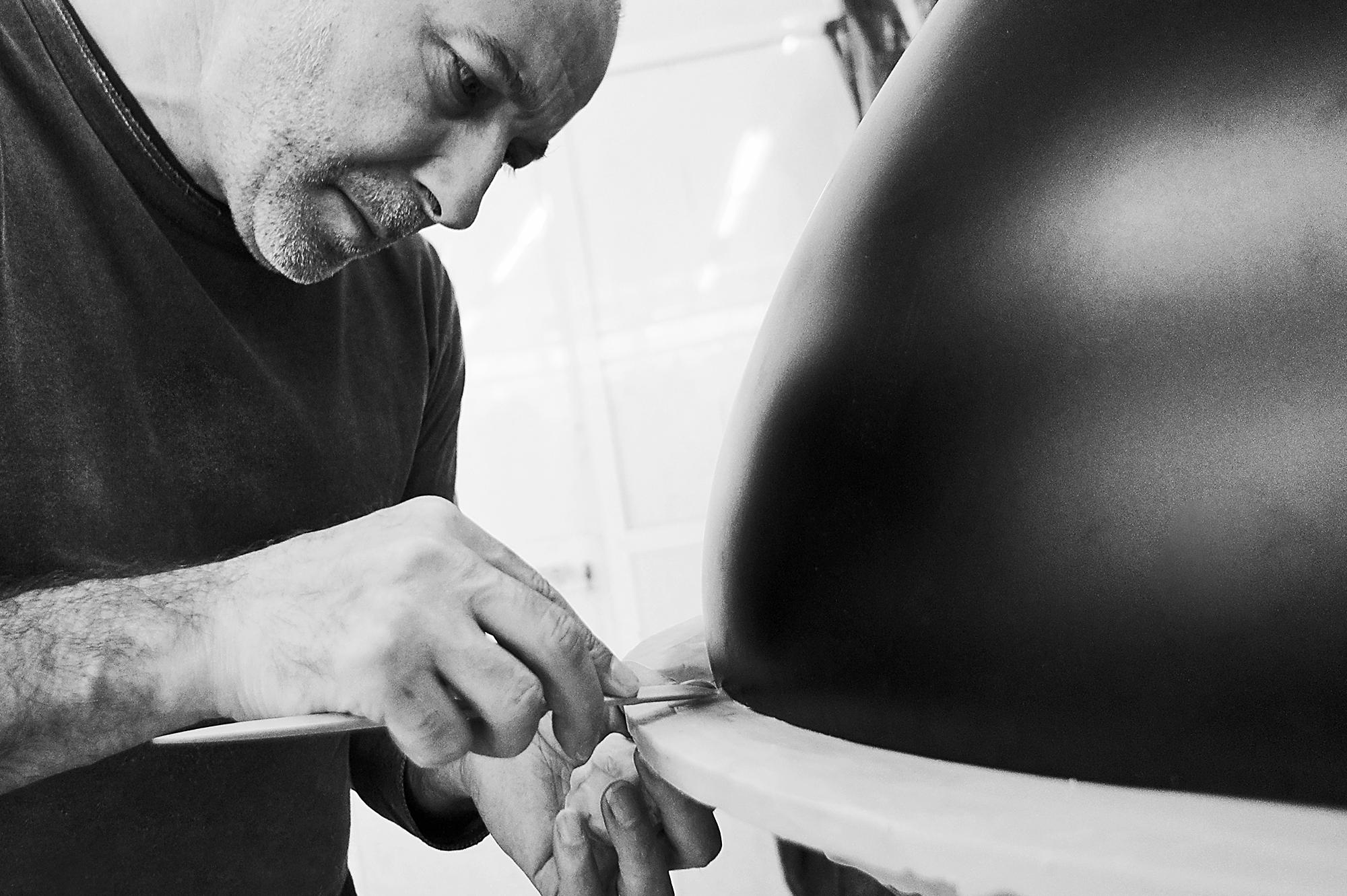 Albino Miranda a Esculpir uma Peça